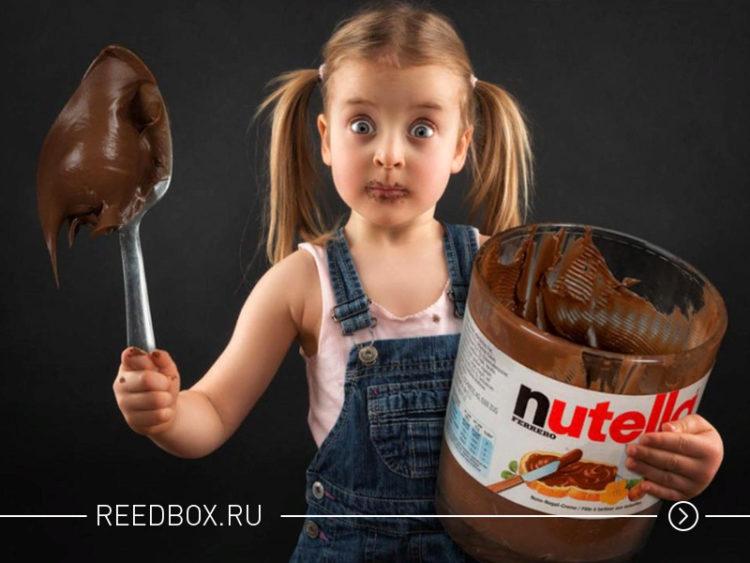 девочка с большой ложкой ест шоколад