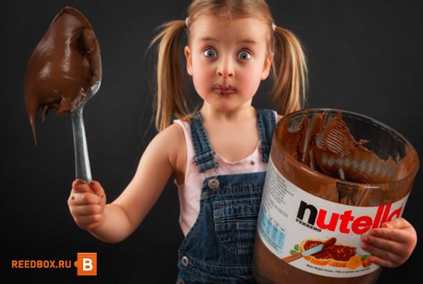 девочка есть шоколад