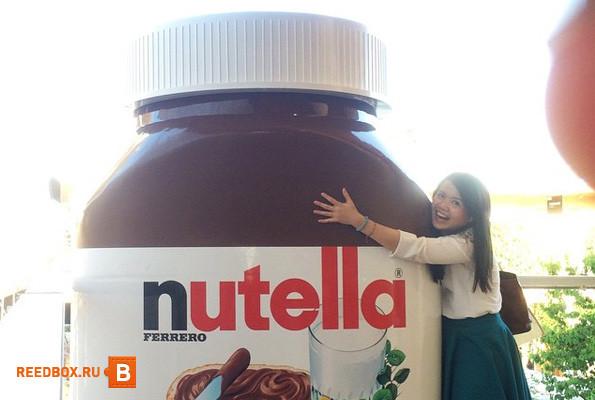 девочка и банка шоколада