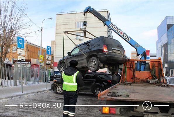 сотрудник гибдд выписывает штраф за неправильную парковку