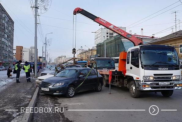 Эвакуатор забирает машину в центре Красноярска